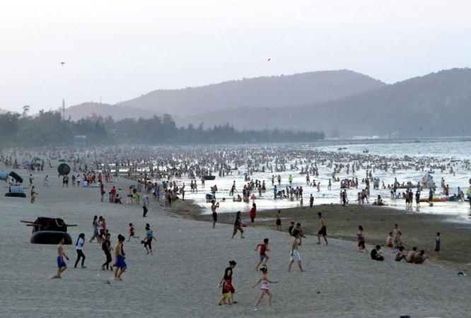 Dân đổ xô trốn nóng, biển miền Trung quá tải ảnh 19
