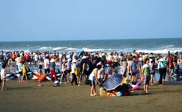 Dân đổ xô trốn nóng, biển miền Trung quá tải ảnh 21