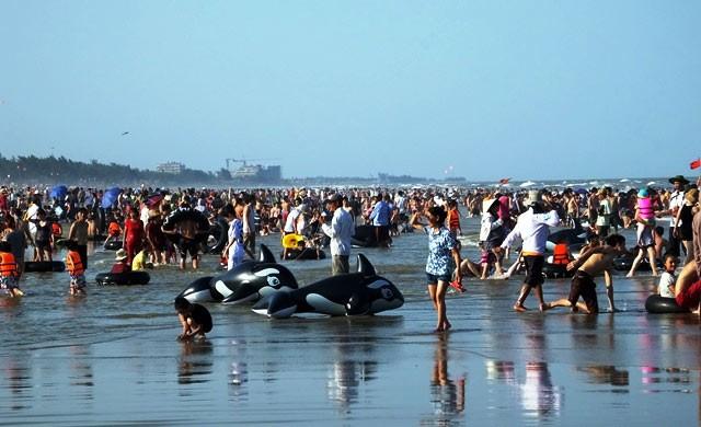 Dân đổ xô trốn nóng, biển miền Trung quá tải ảnh 22