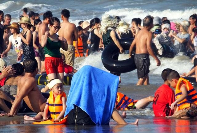Dân đổ xô trốn nóng, biển miền Trung quá tải ảnh 23