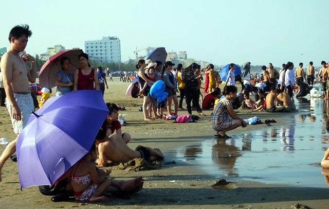 Dân đổ xô trốn nóng, biển miền Trung quá tải ảnh 25