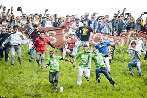 Hàng ngàn người chạy đuổi theo miếng pho mát trong lễ hội kỳ lạ ảnh 1