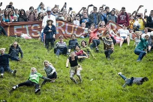 Hàng ngàn người chạy đuổi theo miếng pho mát trong lễ hội kỳ lạ ảnh 5