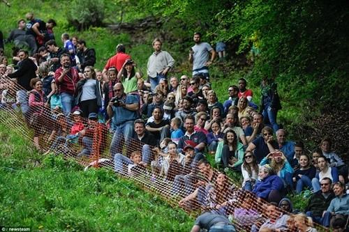 Hàng ngàn người chạy đuổi theo miếng pho mát trong lễ hội kỳ lạ ảnh 7