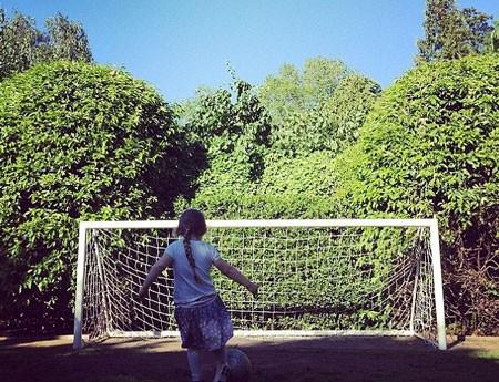 David Beckham tự hào khi con gái cưng và con trai mê bóng đá ảnh 1