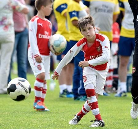 David Beckham tự hào khi con gái cưng và con trai mê bóng đá ảnh 7