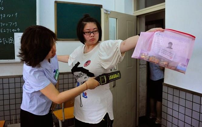 Công nghệ siêu quay bài trong kỳ thi đại học Trung Quốc ảnh 1