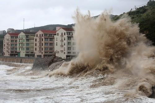 Bất chấp nguy hiểm, du khách thi nhau chụp hình siêu bão ảnh 1