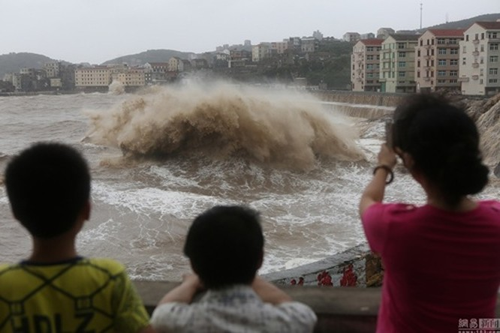 Bất chấp nguy hiểm, du khách thi nhau chụp hình siêu bão ảnh 2