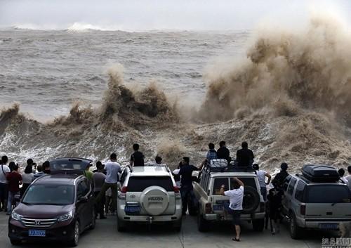 Bất chấp nguy hiểm, du khách thi nhau chụp hình siêu bão ảnh 3