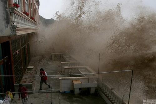 Bất chấp nguy hiểm, du khách thi nhau chụp hình siêu bão ảnh 5