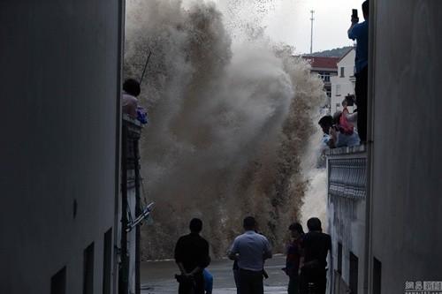 Bất chấp nguy hiểm, du khách thi nhau chụp hình siêu bão ảnh 6