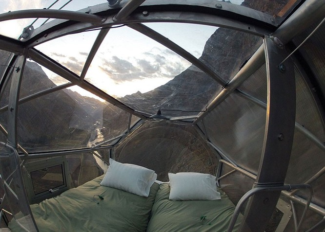 Rùng mình trước giường ngủ treo mình trên vách núi ảnh 1