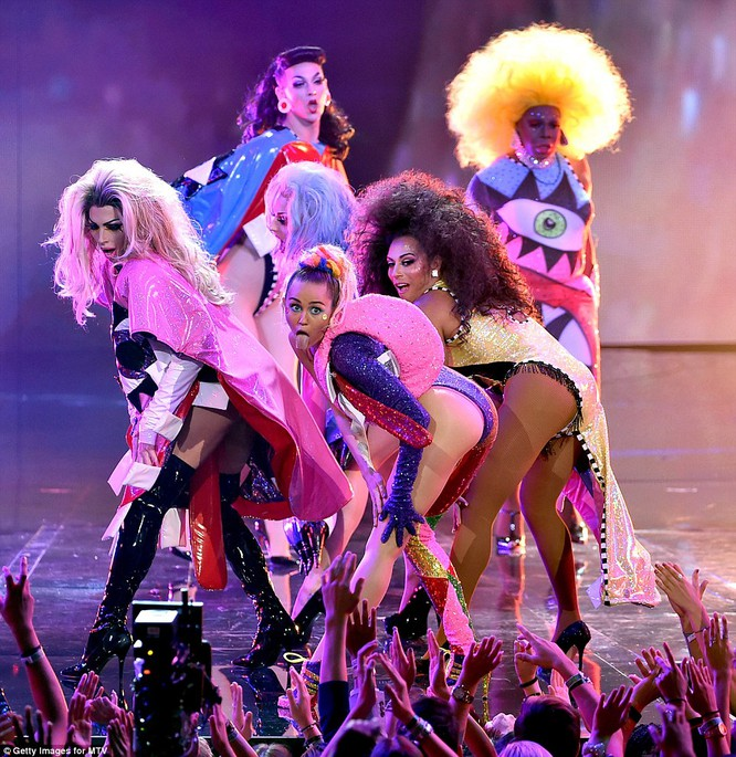 Choáng với trang phục dị hợm của dàn sao Mỹ tại giải MTV Video Music 2015 ảnh 14
