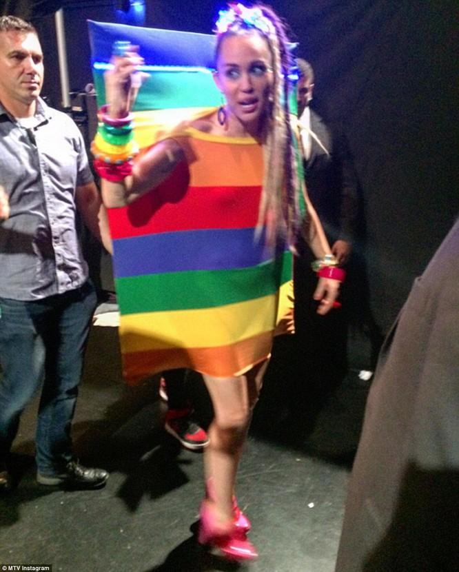 Choáng với trang phục dị hợm của dàn sao Mỹ tại giải MTV Video Music 2015 ảnh 24
