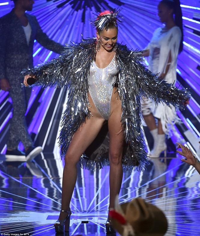 Choáng với trang phục dị hợm của dàn sao Mỹ tại giải MTV Video Music 2015 ảnh 25