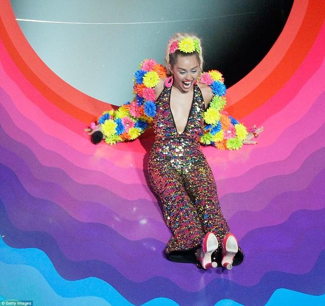 Choáng với trang phục dị hợm của dàn sao Mỹ tại giải MTV Video Music 2015 ảnh 28