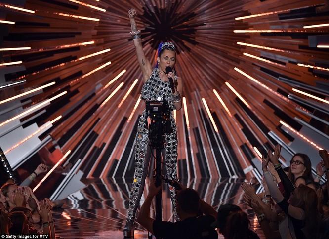 Choáng với trang phục dị hợm của dàn sao Mỹ tại giải MTV Video Music 2015 ảnh 29
