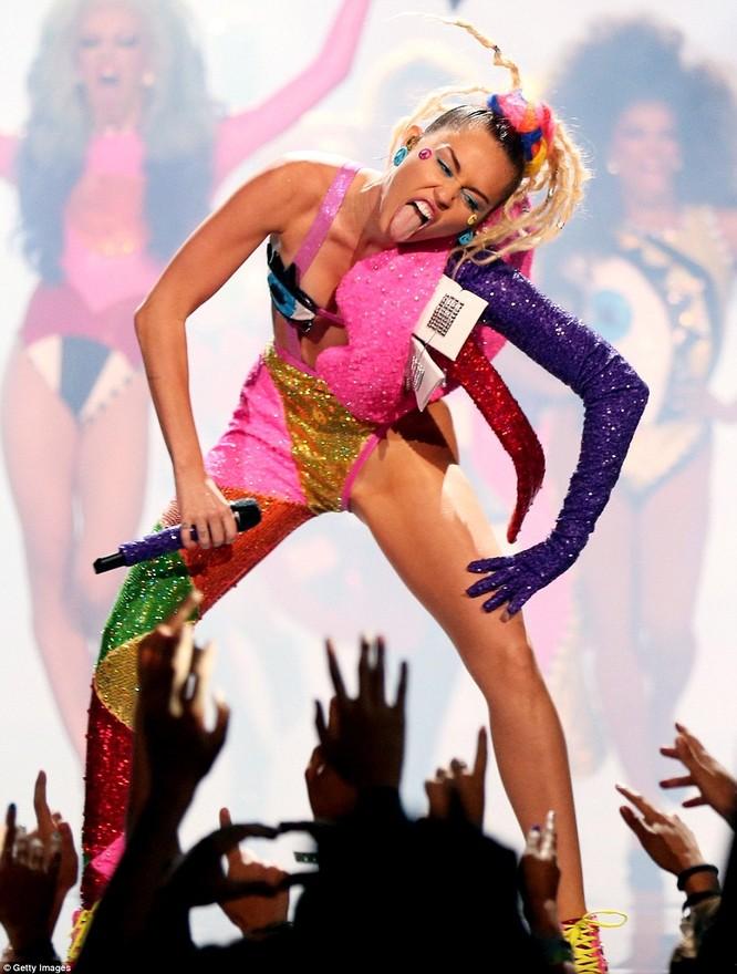 Choáng với trang phục dị hợm của dàn sao Mỹ tại giải MTV Video Music 2015 ảnh 31