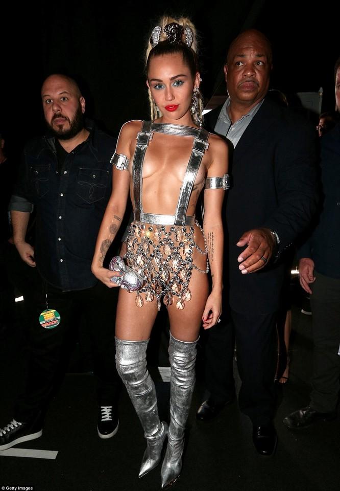 Choáng với trang phục dị hợm của dàn sao Mỹ tại giải MTV Video Music 2015 ảnh 37