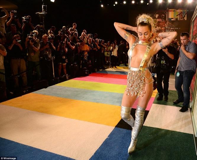 Choáng với trang phục dị hợm của dàn sao Mỹ tại giải MTV Video Music 2015 ảnh 38