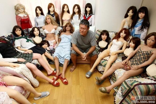 Người đàn ông Nhật sở hữu hơn 100 búp bê tình dục ảnh 1