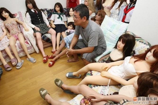 Người đàn ông Nhật sở hữu hơn 100 búp bê tình dục ảnh 2