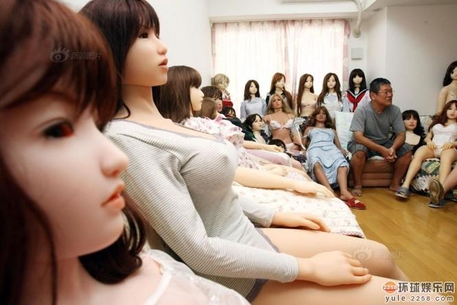Người đàn ông Nhật sở hữu hơn 100 búp bê tình dục ảnh 3