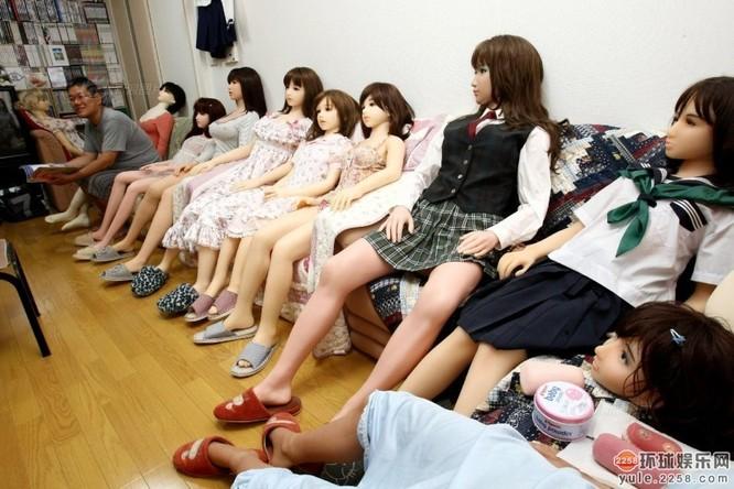 Người đàn ông Nhật sở hữu hơn 100 búp bê tình dục ảnh 4