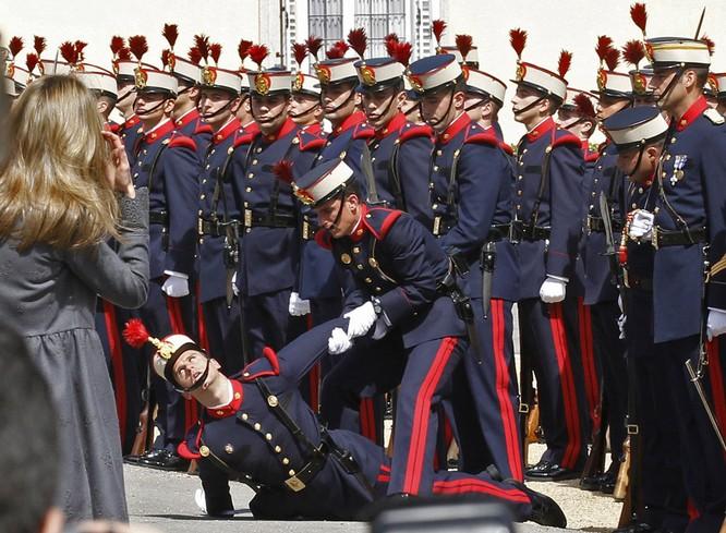 Nụ hôn đệ nhất phu nhân Pháp của ông Obama và những hoàn cảnh ngoại giao trớ trêu nhất ảnh 7