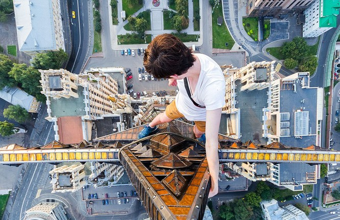 Đứng tim với chùm ảnh chụp từ độ cao 156m của chàng trai người Nga ảnh 1