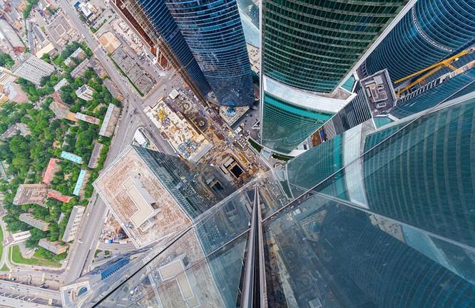 Đứng tim với chùm ảnh chụp từ độ cao 156m của chàng trai người Nga ảnh 2