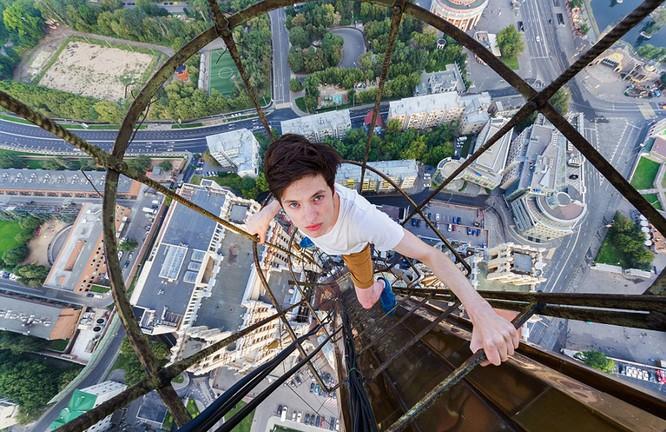 Đứng tim với chùm ảnh chụp từ độ cao 156m của chàng trai người Nga ảnh 3