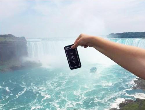 Trào lưu thả rơi iphone hút du khách tham gia ảnh 1