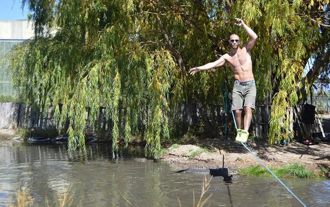 Đứng tim với màn biểu diễn trên dây thép vờn cá sấu ảnh 4