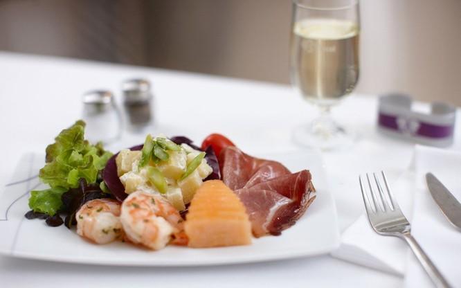 10 hãng hàng không có đồ ăn ngon nhất thế giới ảnh 7