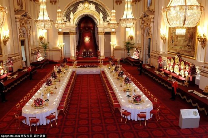 Chiêm ngưỡng cuộc sống xa hoa trong cung điện Buckingham ảnh 1