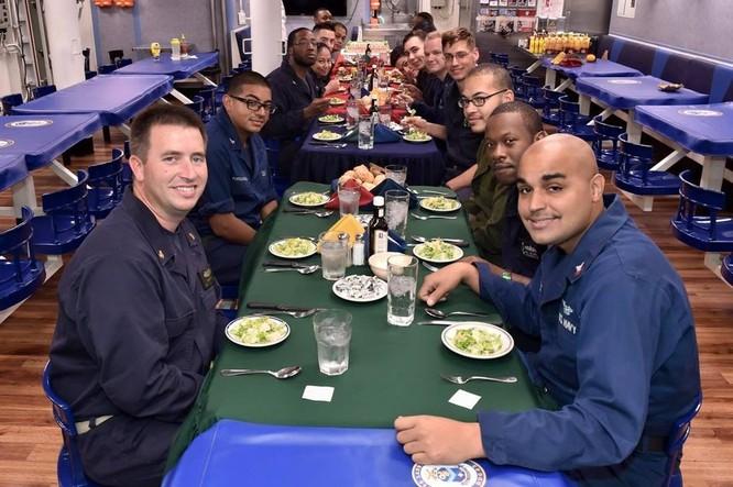 Tàu khu trục USS Lassen Mỹ: Những hình ảnh trực chiến và huấn luyện trên Biển Đông ảnh 2