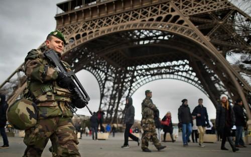 Tháp Eiffel đóng cửa sau khủng bố Paris ảnh 1