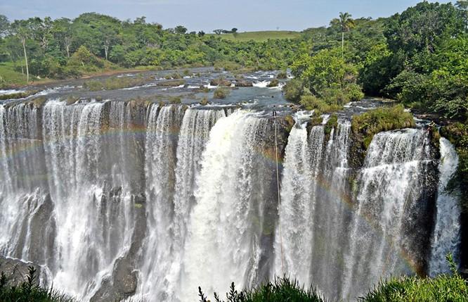 Đứng tim với chùm ảnh đi trên dây thép qua thác nước của chàng trai Brazil ảnh 1