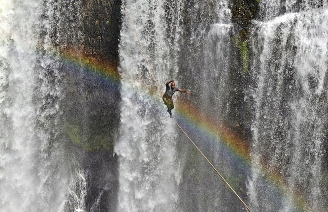 Đứng tim với chùm ảnh đi trên dây thép qua thác nước của chàng trai Brazil ảnh 2