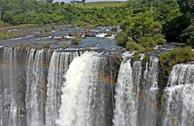 Đứng tim với chùm ảnh đi trên dây thép qua thác nước của chàng trai Brazil ảnh 5