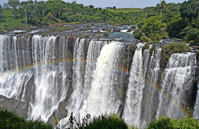 Đứng tim với chùm ảnh đi trên dây thép qua thác nước của chàng trai Brazil ảnh 7