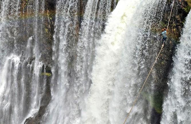 Đứng tim với chùm ảnh đi trên dây thép qua thác nước của chàng trai Brazil ảnh 8