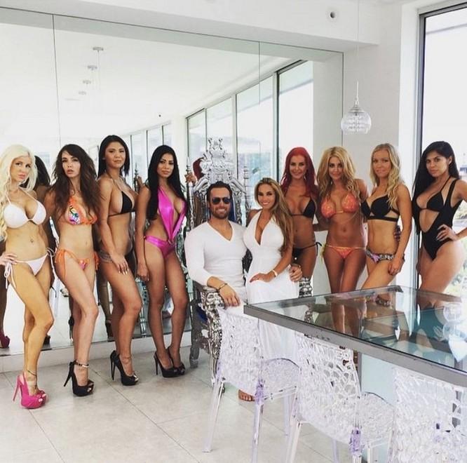 Cuộc sống trác táng của vợ chồng tỉ phú Mỹ với 10 hotgirl nóng bỏng ảnh 6