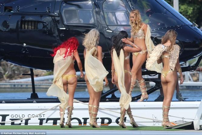 Tay chơi phóng đãng lại mở tiệc thác loạn, trực thăng, voi, xe dát vàng đỗ cổng ảnh 11