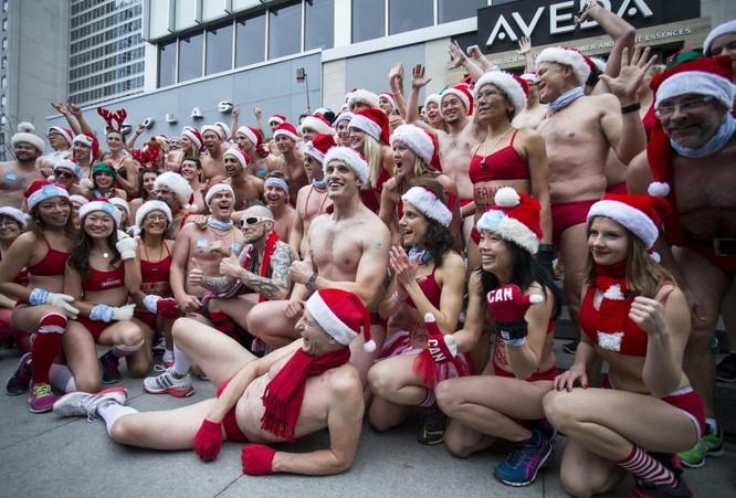 Choáng với cuộc thi mặc đồ tắm chạy bộ chào Noel ảnh 7