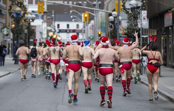 Choáng với cuộc thi mặc đồ tắm chạy bộ chào Noel ảnh 3