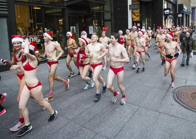 Choáng với cuộc thi mặc đồ tắm chạy bộ chào Noel ảnh 2