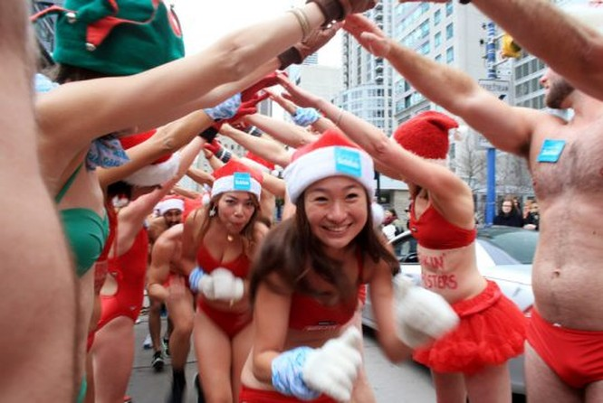 Choáng với cuộc thi mặc đồ tắm chạy bộ chào Noel ảnh 6